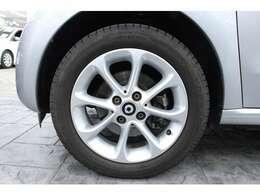 15インチのアルミホイールを標準装備しています。タイヤサイズは、フロント 165/65R15、リヤ185/60R15です。