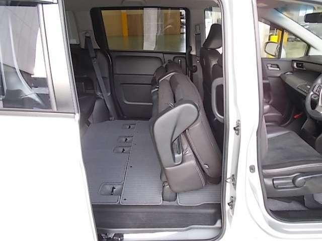 【後席シート】リクライニングレバーの操作だけでシートバックが前に倒れ、自動的にシートがはね上がりラッゲジスペースが広くなります!