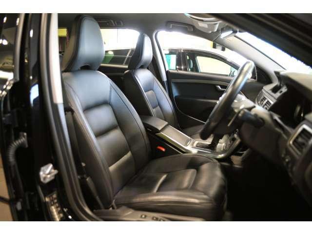 ドライバーを上質な空間にしてくれる、ブラックレザーシート。ボルボ特有のインテリアは、ファンが多いんですよね。
