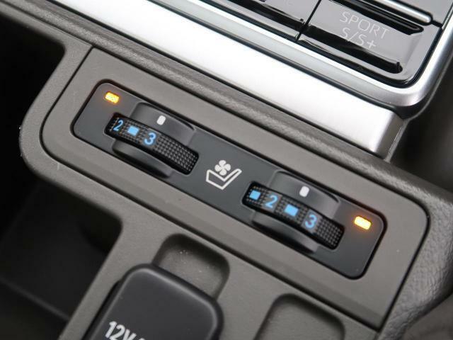 シートヒーターとシートエアコンが装備されております。冬場にはエアコンよりも温まるのが早く女性の方にも好評の装備になります♪ヒーターとエアコンの調整も運転席と助手席それぞれで調整が可能です。