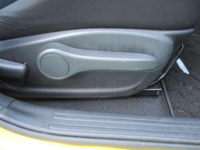 運転席シートには手動式のシートリフター機能が備わっています。