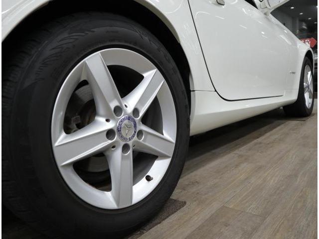 標準装備の5スポーク16インチアルミに205/55ワイドタイヤを装着。しなやかでありながら、しっかりとしたコーナリング性能はメルセデスならでは。フロントショックアブソーバーは純正OEMメーカー品にて交換済みです。