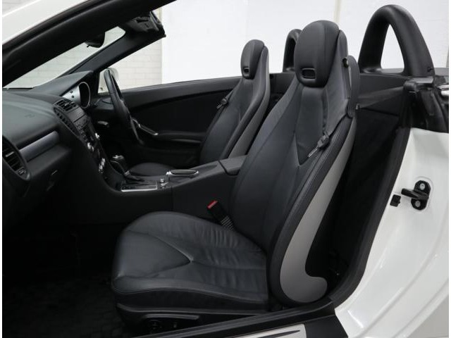 上質なインテリアを演出する本革シート。シートヒーター&サイドエアバッグを内蔵し、左右ともにエアスカーフ搭載のメモリー機能付フルパワーコントロールです。