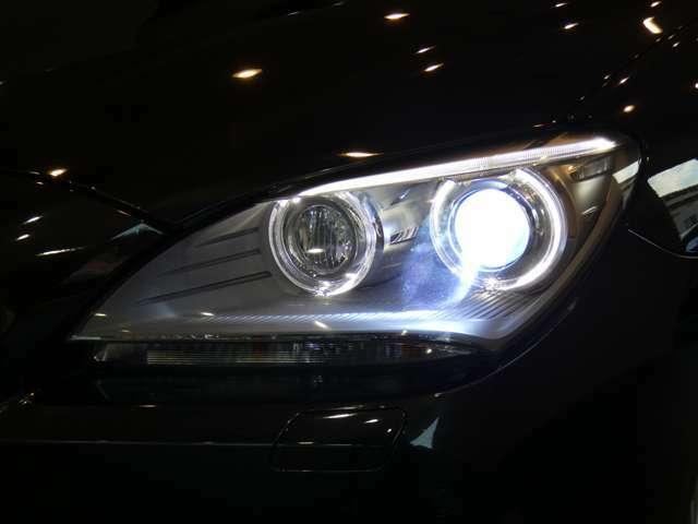広範囲を明るく照射し高い視認性を確保するキセノンヘッドライトを採用!視認性が低下する夜間での視界を向上させ安全なドライブをサポートします!