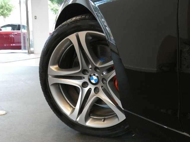 スタイリッシュなデザインで存在感のある純正スタースポーク・19インチアルミホイールを装備しています!BMW純正サスペンションシステムを搭載しメーカー特有の安定感のあるブレーキシステムも好評です!
