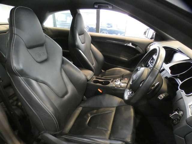 上質な質感のS5ロゴ入りブラックファインナッパレザーSスポーツシート採用!運転席にはメモリー機能付きです!パワーシート、シートヒーター、ランバーサポートも装備しております!