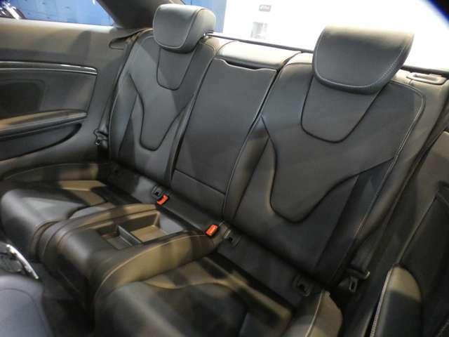 クーペモデルながらも、後席の広さも充分で、大人がゆっくりと寛ぐ事が可能なリアシートになります!