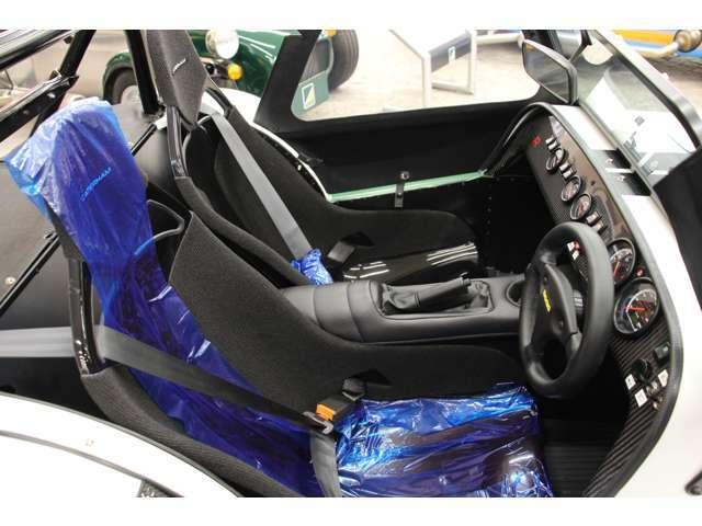 コンポジットレースシートが設定されております。