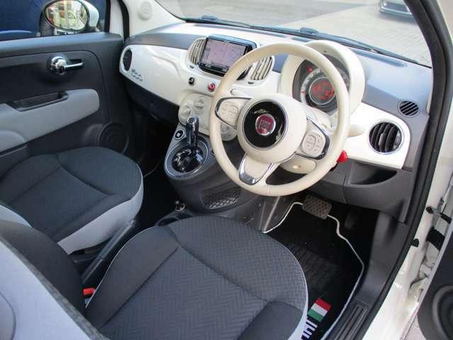 グレーのシートにアイボリーのハンドル、ボディ同色のインストルメントパネルなど車内は明るくポップな雰囲気に仕上がっています!