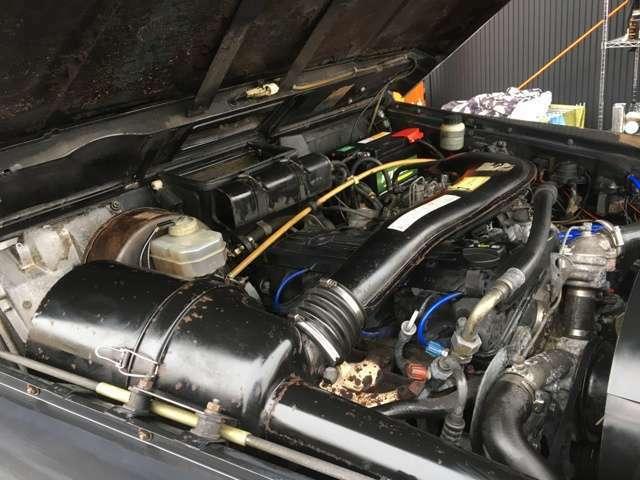 圧縮比9.0、ボッシュ製KEジェトロニックで120 PS/5,100rpm、19.6 kgm/4,000 rpm。燃料はガソリン。
