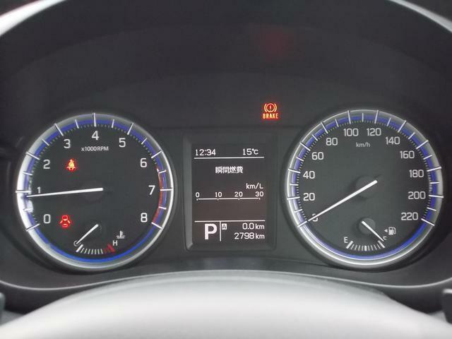 シンプルでスポーティーなスピードメーターとタコメーター★中央のディスプレイに様々な車両情報を表示できます♪