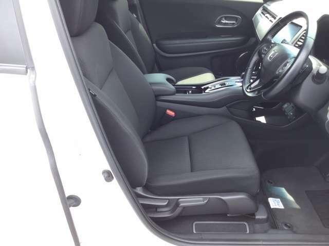 運転席はホールド性に優れたハイトアジャスター付きセパレートシートです。