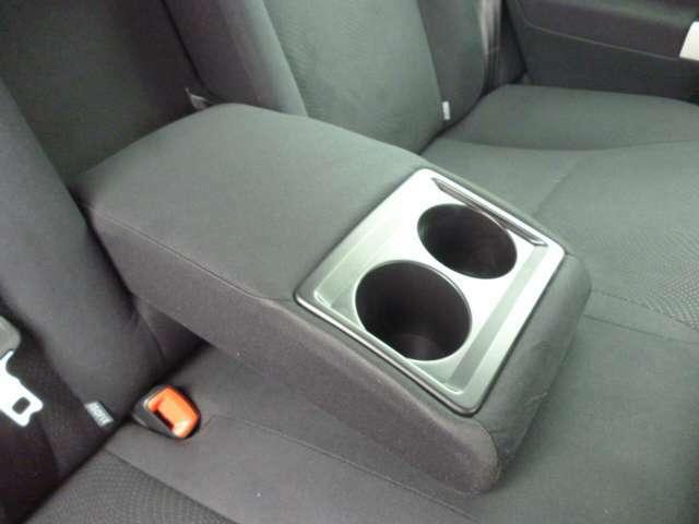 後部座席にも肘掛け&ドリンクホルダーが付いてます!