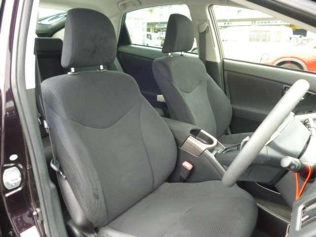 長距離も疲れずらいホールド性の良いシートです!座り心地もいいですよ!更にひじ掛けが嬉しいですね!これならロングドライブも安心ですね!