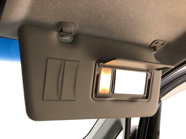 ちょっとした身だしなみチェックができるミラー付きサンバイザーが付いてます、しかもランプ付き!