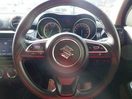 本革巻のステアリングホイールが 車内に高級感をプラスします。