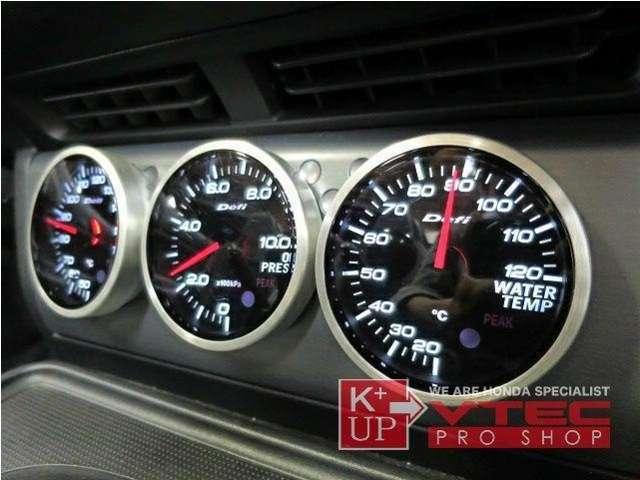 お車のコンディションチェックに欠かせないDefi追加メーターも装備されております。