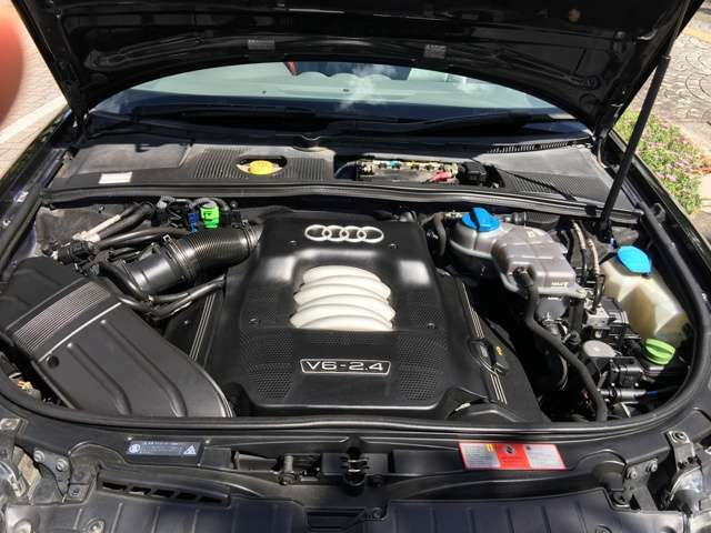 2.4Lのエンジンルーム年式の割には奇麗です。