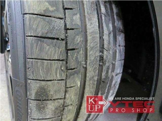 タイヤ溝は走行距離、車両の発売時期からご察しいただけるように十分な量。荒く扱ったような溶けた痕跡もありません。