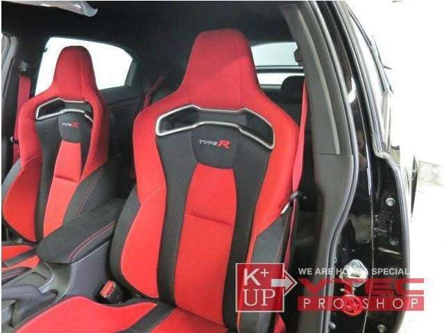 シートは新規設定された専用バケットシート。内装色はこの一色のみですが、スポーツカーらしさは今まで以上。シートベルトは純正で赤色を採用する等、欧州の特装車を強く意識した仕様になっています。