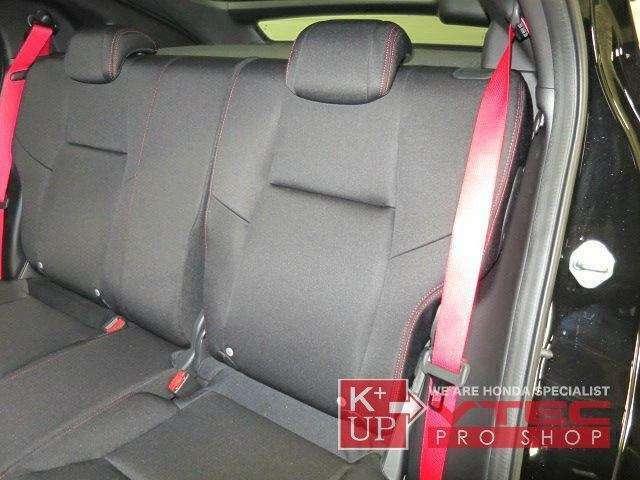 リアシートもベルトを赤として、特別なクルマであることが分かります。リアシートのクッションはパターンが平らになり、普通のセダンのような座り心地になりました。サスペンションの固さをしっかりいなします。
