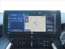 純正ナビゲーション装備。アップルカープレイやブルートゥースなどお楽しみいただけますよ。フルセグTVも視聴可能です。   トヨタ ハリアーの画像4  【パノラミックビューモニター】全周囲カメラで危険察知。狭い駐