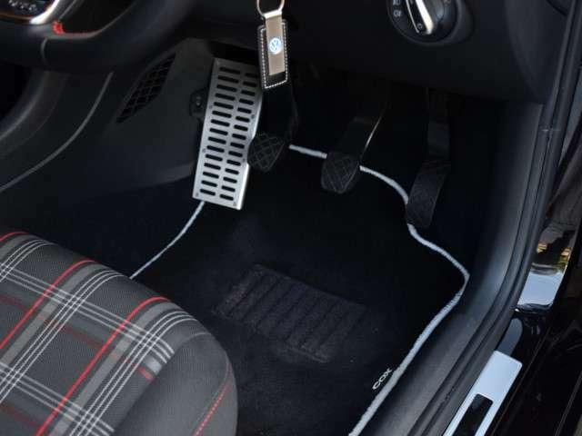 VW純正フットレスト&COXフロアマットです。