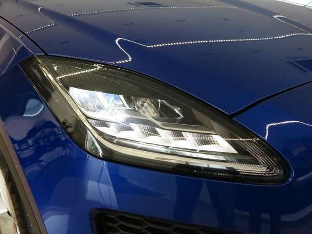 明るく照らすのはもちろんのこと、耐久性にも優れており、最新のLEDヘッドライトシステム。フロントフェイスを際立たせております。