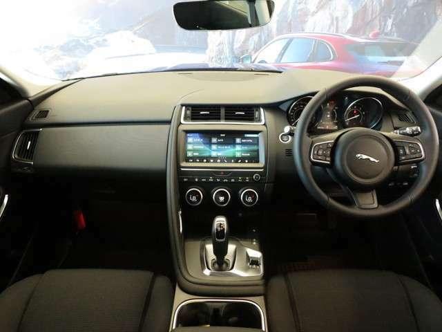 ジャガーが誇るフラッグシップスポーツである、F-Typeからデザインをオマージュした室内はSUVでありながらスポーティーな内装となっております。