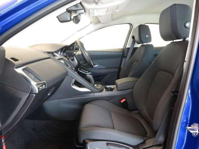 大人5名がゆったりお座りいただけるスペースを確保しておりますので、ご家族や友人とのドライブも快適に過ごせます。また、後席シートにはISO-FIX規格にも対応済み。