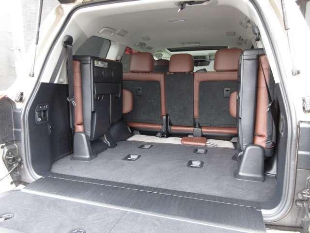 3列目シートを収納すると更に広く荷室をご利用いただけます。