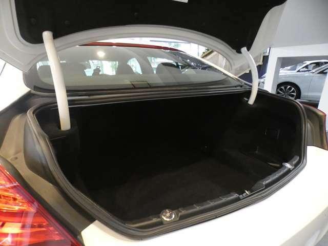 幅・奥行き共に十分なスペースを確保したトランクスペースになります!ゴルフバッグやスーツケース等も容易に収納して頂けます!トランクスルー機構も搭載しており様々なシチュエーションにてご使用頂けます!