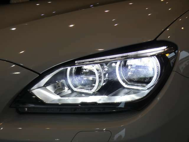 広範囲を明るく照射し高い視認性を確保するオプション設定のアダプティブLEDヘッドライトを採用!視認性が低下する夜間での視界を向上させ安全なドライブをサポートします!