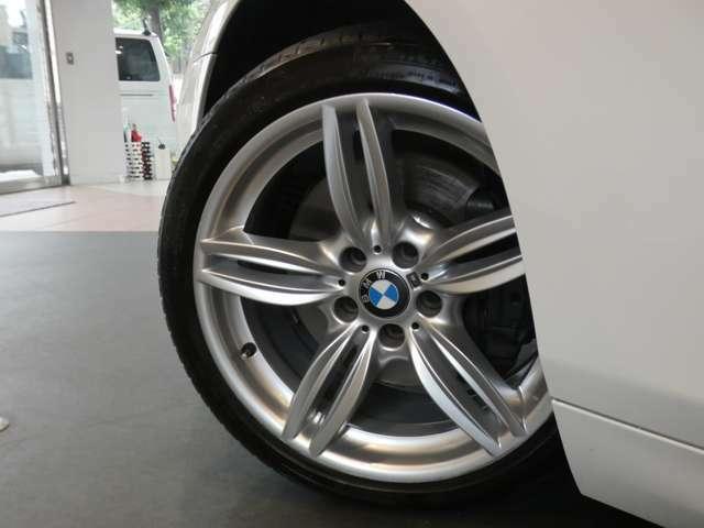 スタイリッシュなデザインが人気のMライト・アロイ・ダブルスポーク19インチアルミホイールを装備しています!BMW純正サスペンションシステムを搭載しメーカー特有の安定感のあるブレーキシステムも好評です!
