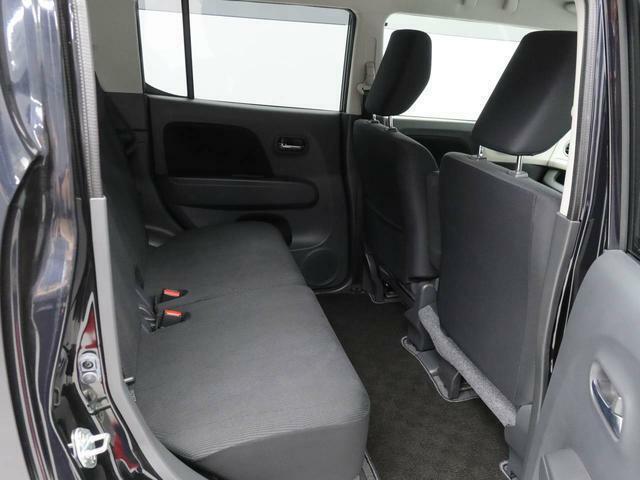後部座席の背もたれは左右独立でリクライニングが可能です。長距離のドライブでもゆったりとくつろいだ姿勢でドライブを楽しんでいただけると思います。