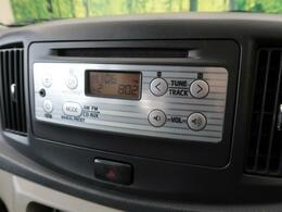 【純正オーディオ】メーカー純正オーディオ搭載。CD再生、AM/FMラジオが使えるオーディオです。AUX接続もオススメ!イヤホンで聞くオーディオなら何でもつなげられます♪