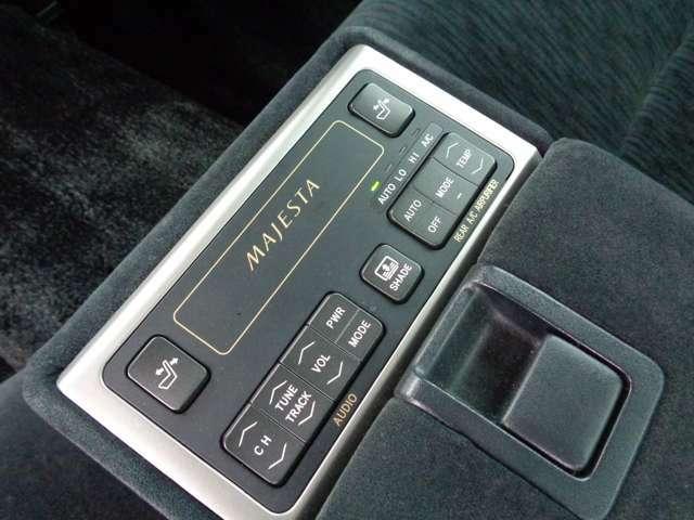 リアシートからもオーディオと空調をコントロールできます!
