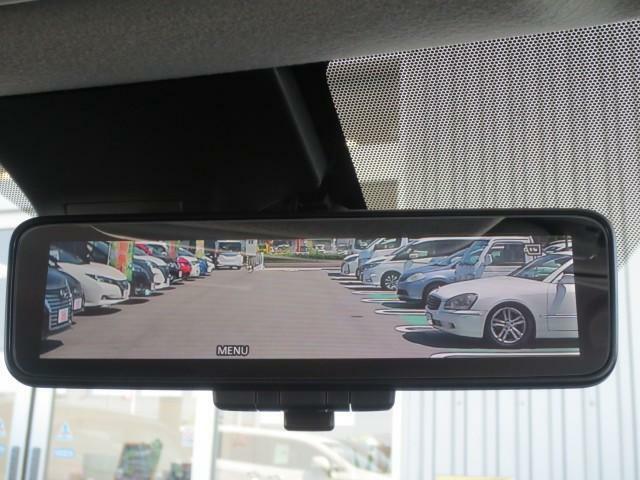 インテリジェントルームミラー搭載で、車の後方に設置されたカメラ映像を映し出してシートバックやヘッドレスト、同乗者に視界が遮られることがなく視認性が非常に良いです。