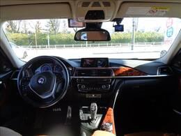 運転席です。ウッド調パネルが高級感を演出してます。