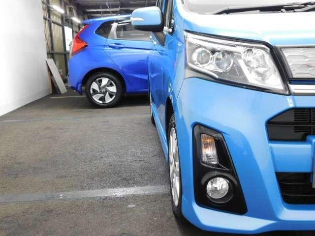 ヘッドライトは省電力、青っぽい光で明るいディスチャージヘッドライトです。夜間や雨天時も安心して運転できます。