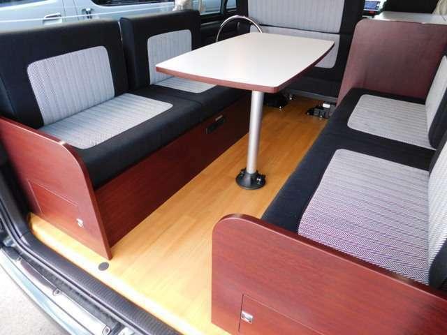 脱着式ポールテーブル ベッド展開時はテーブルをそのまま残しての展開も可能です。横座りソファ部分2点式ベルト6名分あり