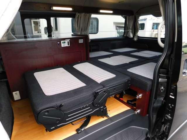 セカンドシートは前向き・後ろ向き・ベッドへと展開が可能 フロント部分ベッド時サイズ97cm×85cm