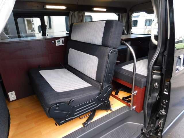 後部座席への乗車も実用的な前向きシート 3点式ベルト2名分
