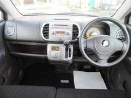 ベンチシートなので運転席から助手席への移動が可能です。