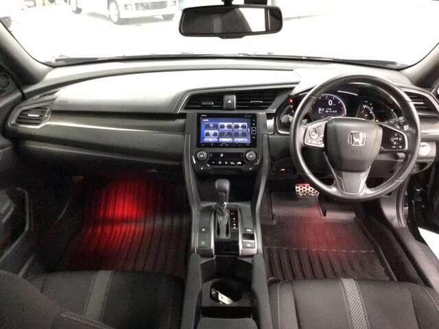 ドライバーを中心にデザインしたコクピット感あふれるインテリア。    ※ホンダセンシングとセットで(サイドエアバッグ、サイドカーテンエアバッグ)装備、安全・安心感を高めます。
