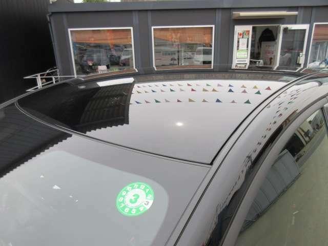 グレード専用ルーフブラックモデル♪ 天井部がブラックになることにより、車体が低く見えて、よりスポーティなエクステリアになります♪