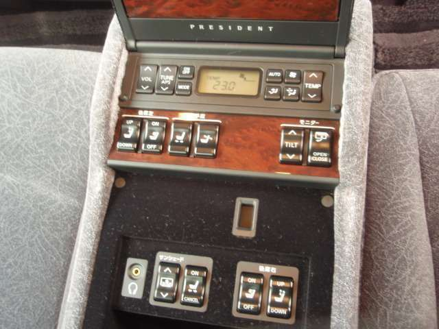 後席アームレストのボタンでオーディオやエアコン電動シートの操作ができます!