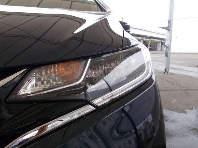【LEDヘッドライト】が装備されています。夜間走行時や雨の日に明るく安全に前方を照らすことが出来ます。対向車からも見えやすいので相手に接近を知らせることも出来ます。