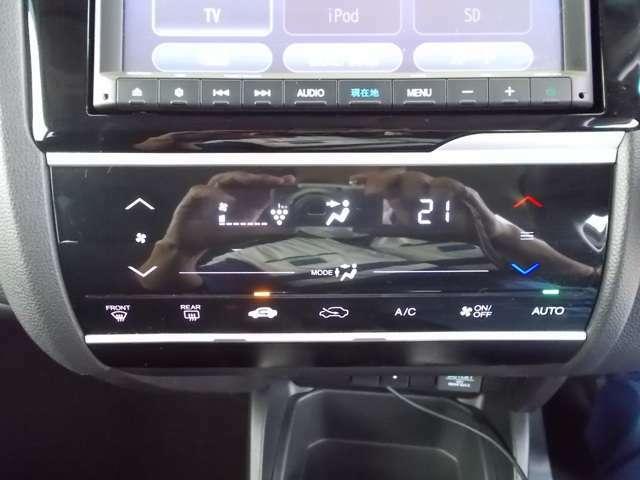 【フルオートエアコン】お好みの温度に設定するだけで、エアコンの風量やモード切替を自動でコントロールしてくれます。操作が少なく運転に集中できる為安全運転にもなります。