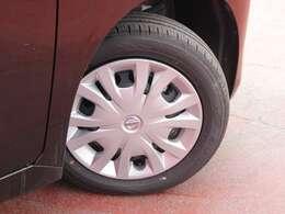 タイヤサイズは155/65R14になり、スチールホイールにホイールカバータイプになります。
